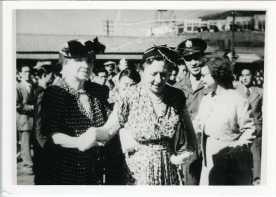 ケラー女史(左端)とデルノア中佐(右手後方の軍帽を被っている男性)