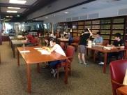 メリーランド・ルームで、ペアになり、JASC Archivesのリサーチを行いました。(JASC Archives)