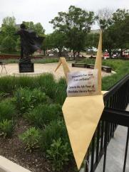 大きな鶴をホーンベイク図書館外に設置し、図書館内にビジターを呼び込みます。