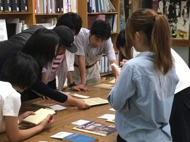 愛媛大学法文学部人文社会学科の福井秀樹教授と学生たち